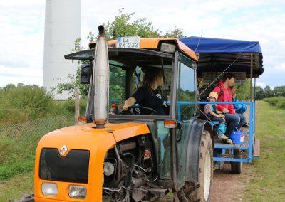 Mit dem Traktor zum Feld